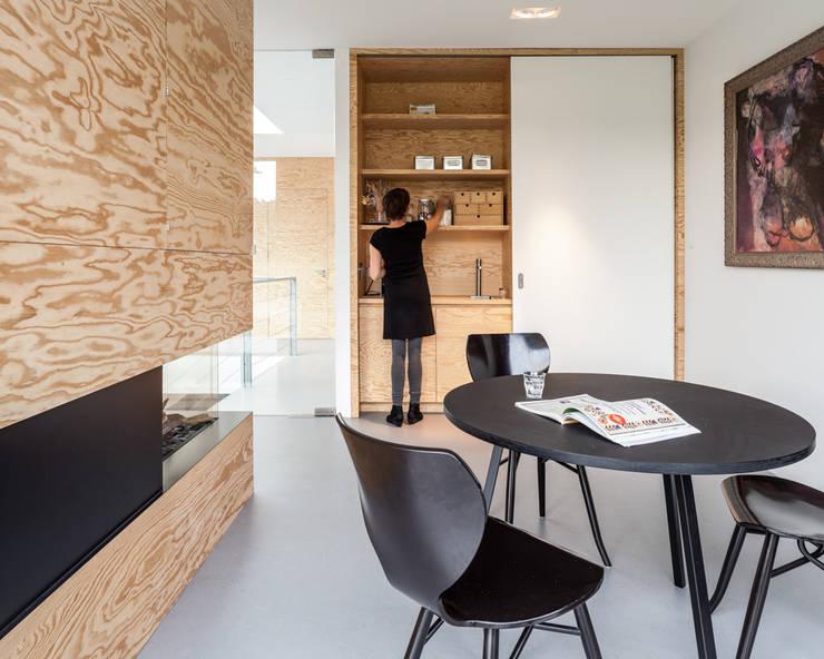 Villa V:  Eetkamer door Architectenbureau Paul de Ruiter, Minimalistisch