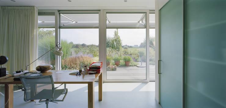 Villa Deys:  Studeerkamer/kantoor door Architectenbureau Paul de Ruiter