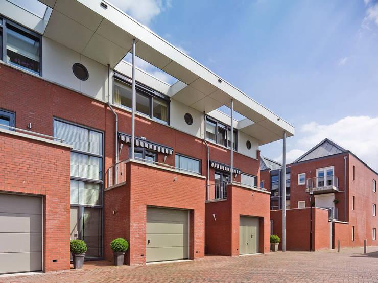 aaneen gesloten woningbouw:  Huizen door G.L.M. van Soest Architect, Modern