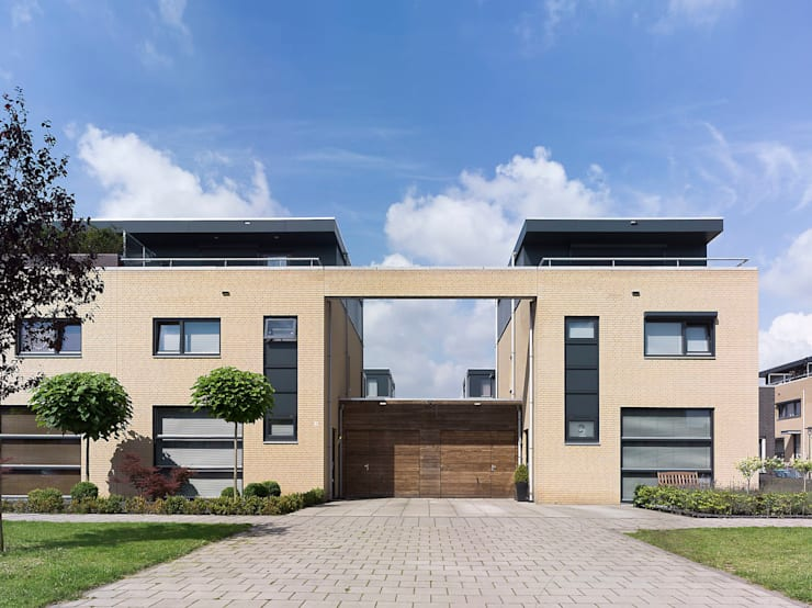 twee onder een kap woningen:  Huizen door G.L.M. van Soest Architect, Modern