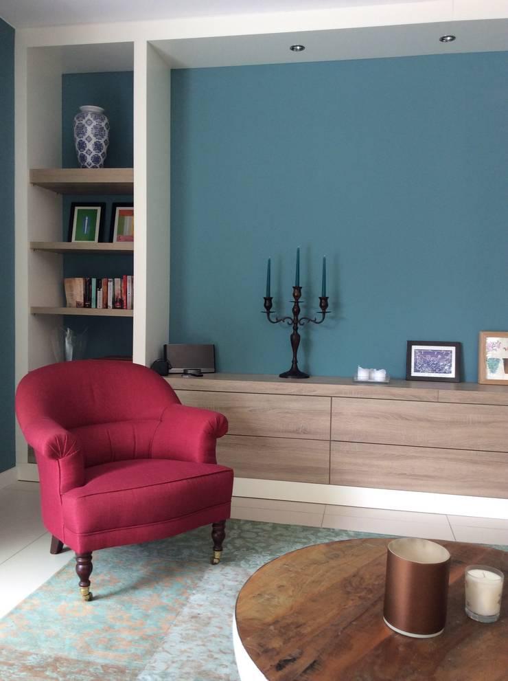 Inrichting met maatwerkkasten en deels nieuw en al in het bezit zijnd meubilair.:  Woonkamer door Studio Inside Out, Modern Beton