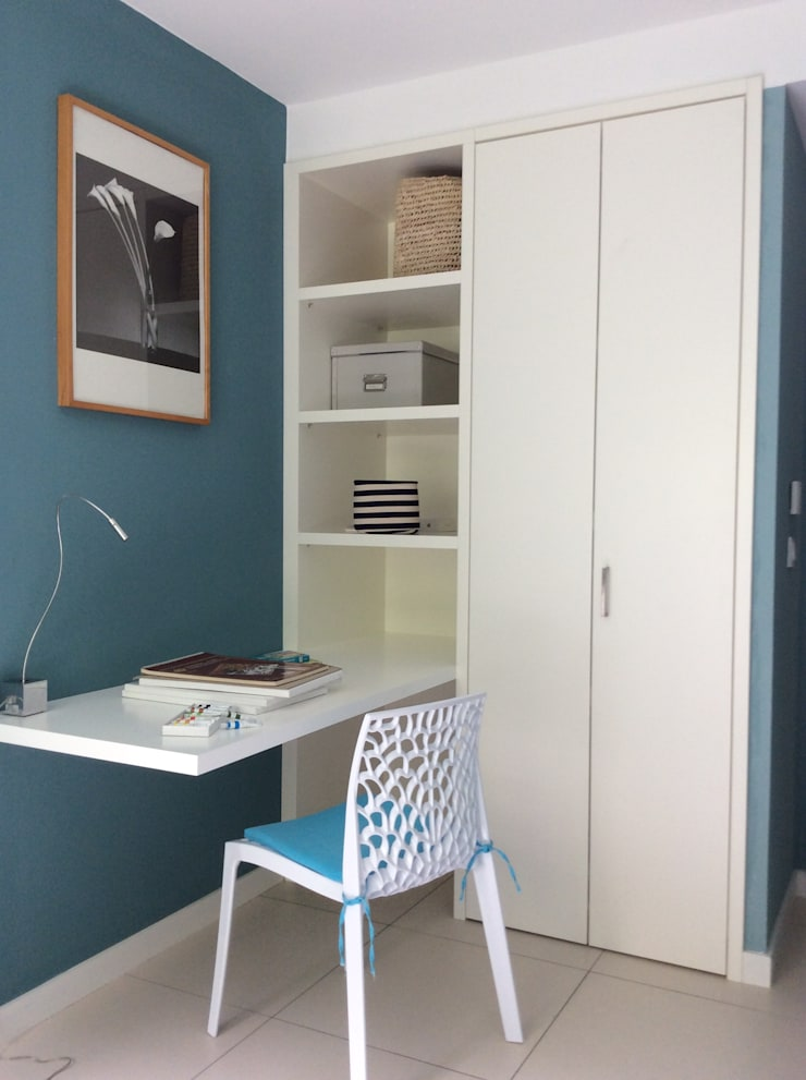 Logeerkamer met werkplek en garderoberuimte.:  Studeerkamer/kantoor door Studio Inside Out, Modern MDF