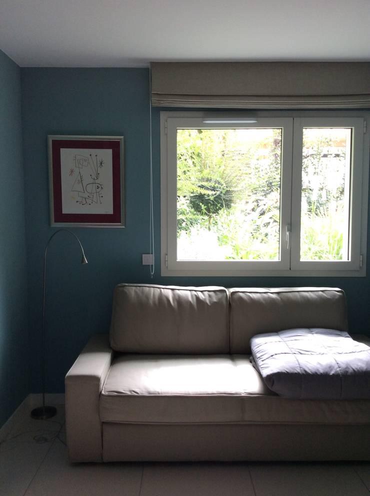 Logeerkamer met slaapbank:  Slaapkamer door Studio Inside Out, Modern Tegels