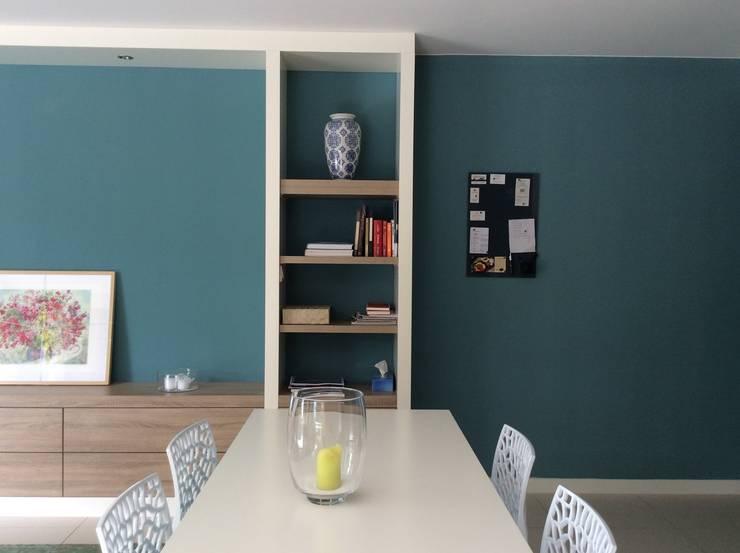 Meubelmaatwerk eettafel en kasten:  Eetkamer door Studio Inside Out, Modern MDF