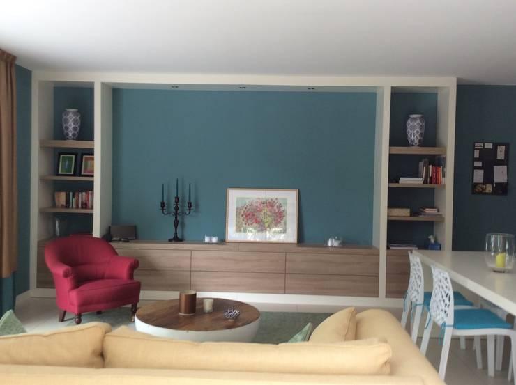 Appartement in Zuid-Frankrijk, complete inrichting met meubelmaatwerk, stoffering en verlichting.:  Woonkamer door Studio Inside Out, Modern MDF