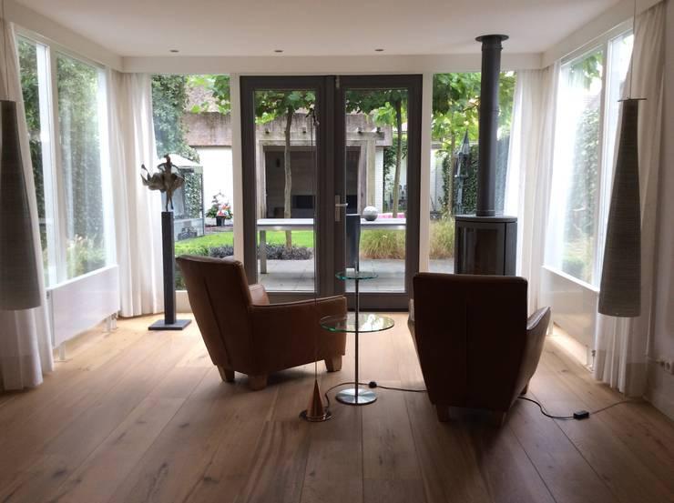 Nieuwe indeling met bestaand meubilair:  Serre door Studio Inside Out