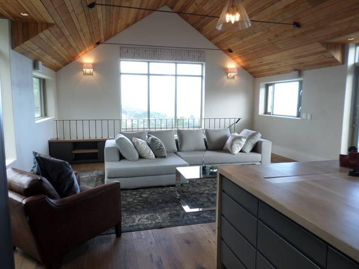 Multi-media area off Master Bedroom:  Multimedia room by Claire Cartner Interior Design