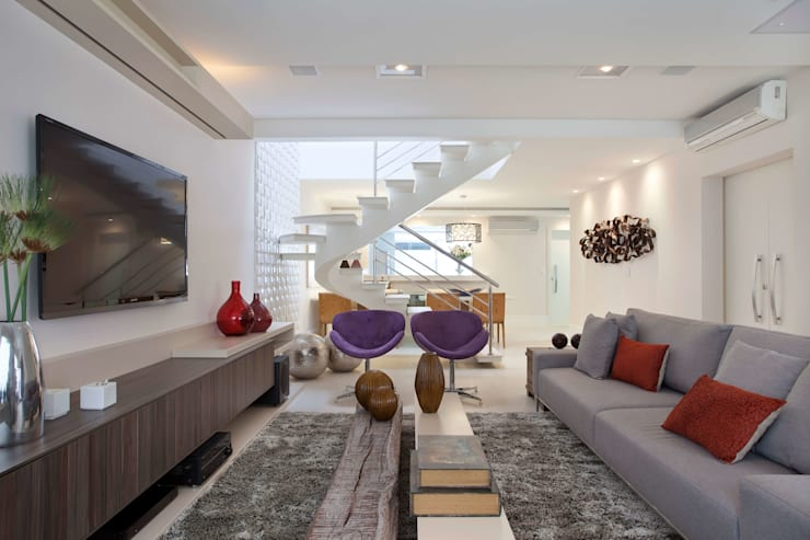 Phòng khách by Virna Carvalho Arquiteta
