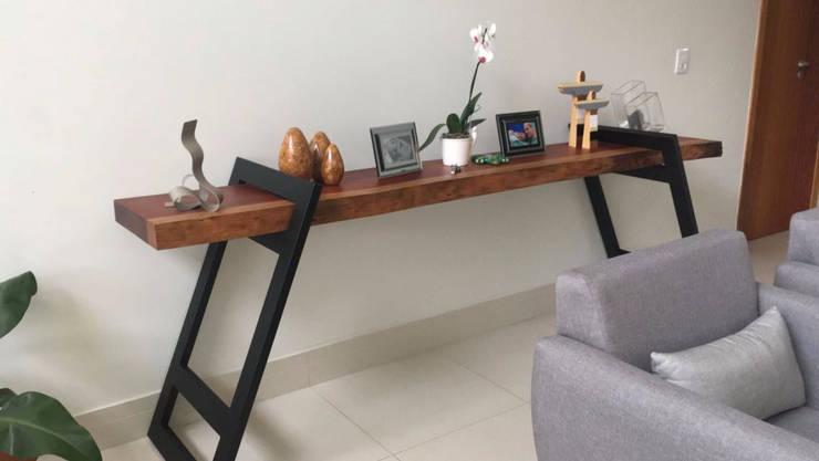 Aparador em Madeira Maciça: Corredor, vestíbulo e escadas  por ArboREAL Móveis