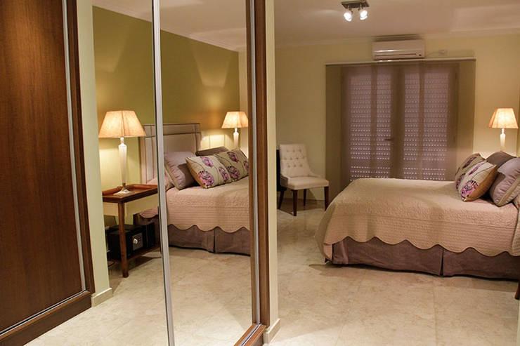 CASA ELEGANTE: Dormitorios de estilo clásico por Majo Barreña Diseño de Interiores