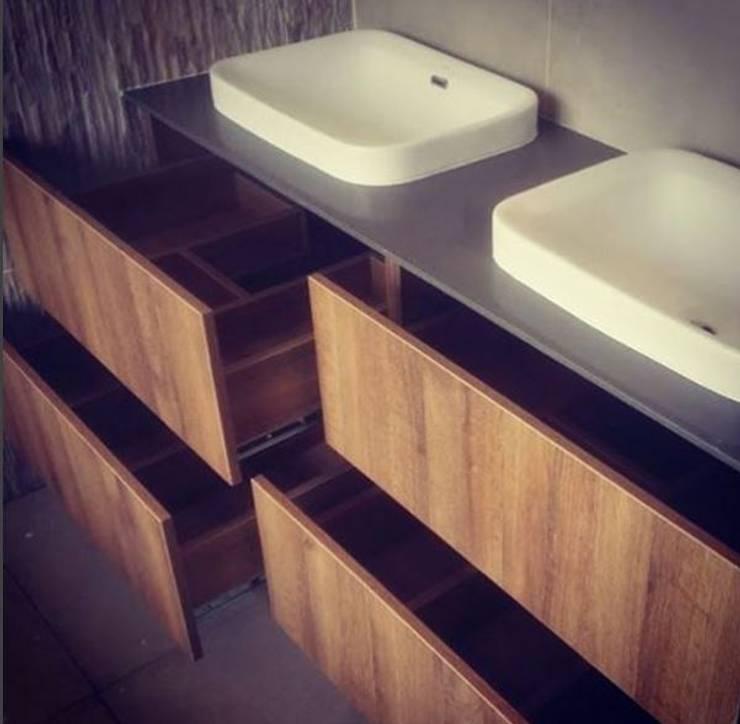 Baños Espaciosos: Baños de estilo moderno por TRES52 - Mobiliario