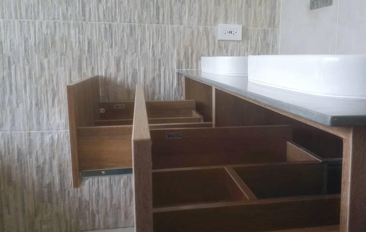 Divisiones internas en Madera: Baños de estilo  por TRES52 - Mobiliario