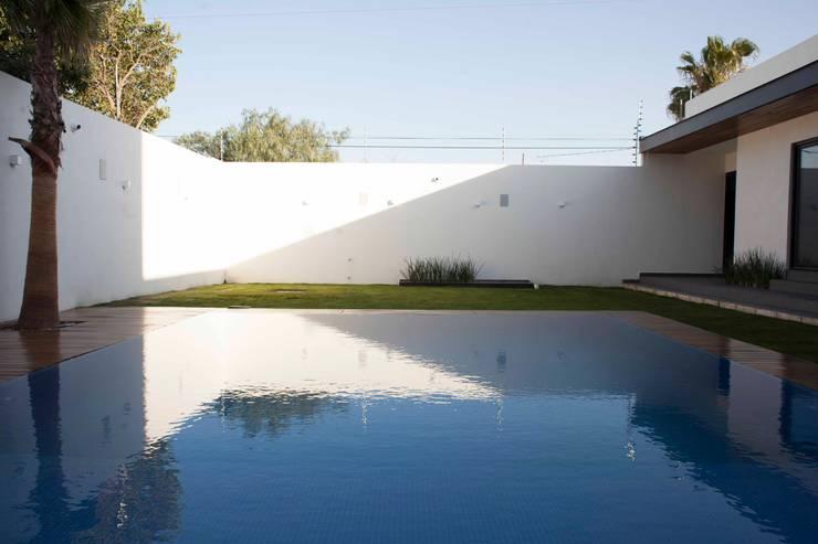 Alberca Infinita : Albercas de estilo  por Toyka Arquitectura