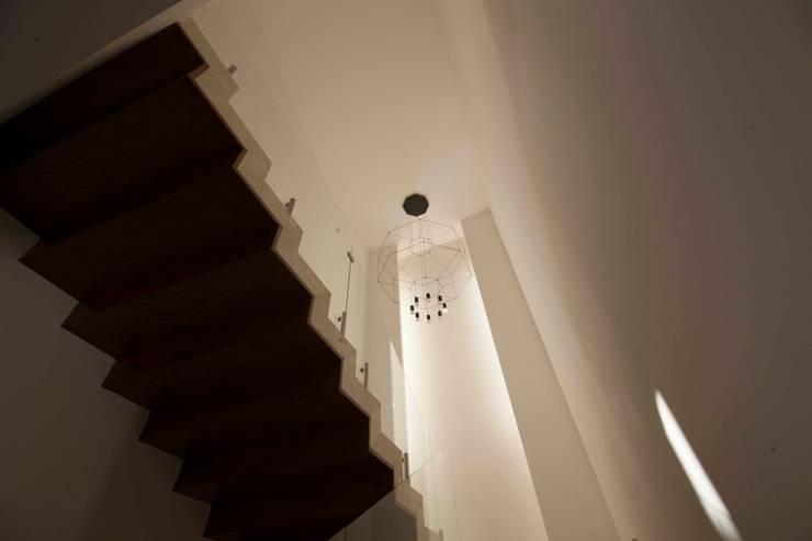 Diseño de escaleras: Pasillos y recibidores de estilo  por Toyka Arquitectura