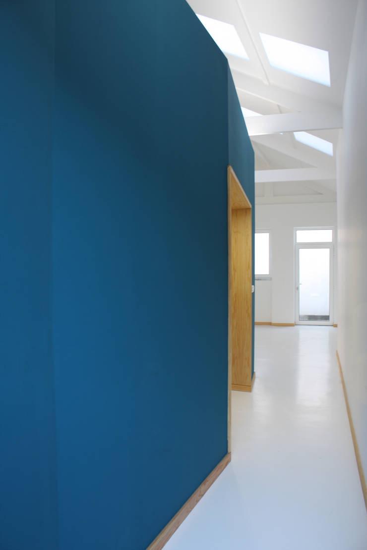 Corridor & hallway by GRAU.ZERO Arquitectura, Minimalist