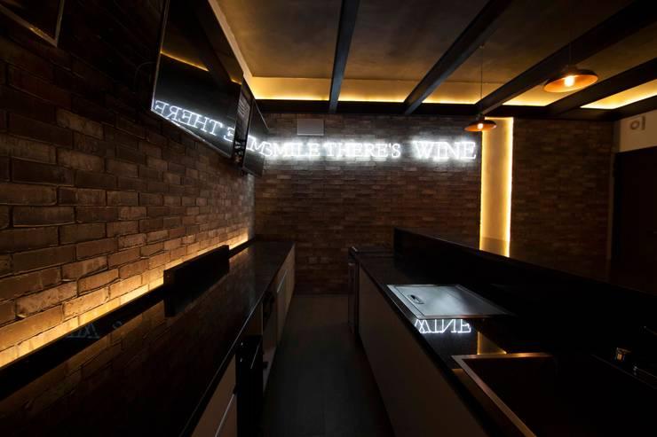 Bar Industrial : Salas multimedia de estilo industrial por Toyka Arquitectura