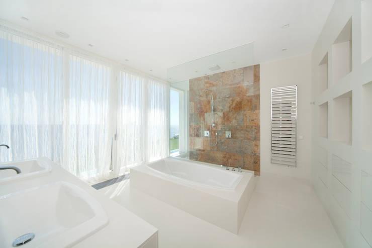 Baños de estilo mediterraneo por jle architekten