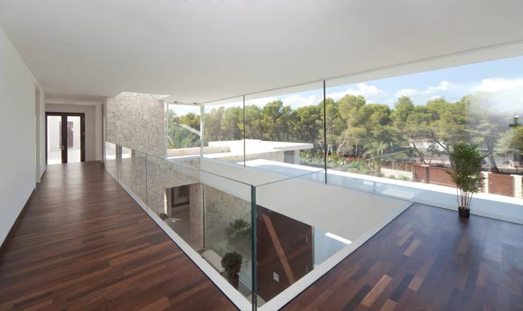 Pasillos y recibidores de estilo  por jle architekten