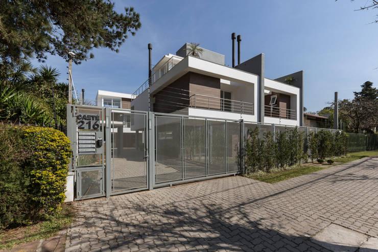 Condomínio Caeté: Casas  por K+S arquitetos associados,Moderno