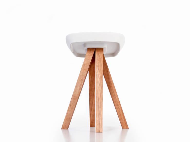 YDIN – Tabouret en bois de chêne huilé et béton blanc: Salle à manger de style  par inoow design
