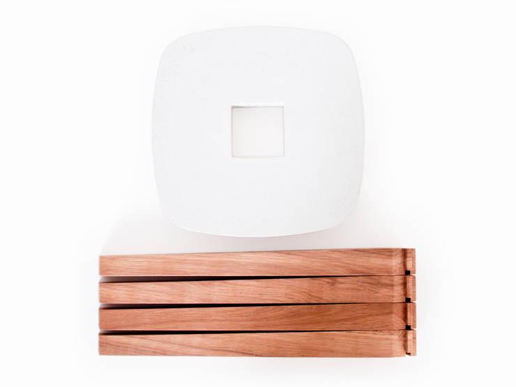 YDIN – Tabouret en bois de chêne huilé et béton blanc: Couloir, entrée, escaliers de style  par inoow design