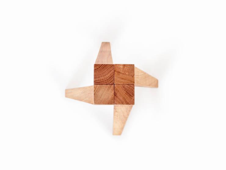 YDIN – Tabouret en bois de chêne huilé et béton blanc: Chambre de style  par inoow design