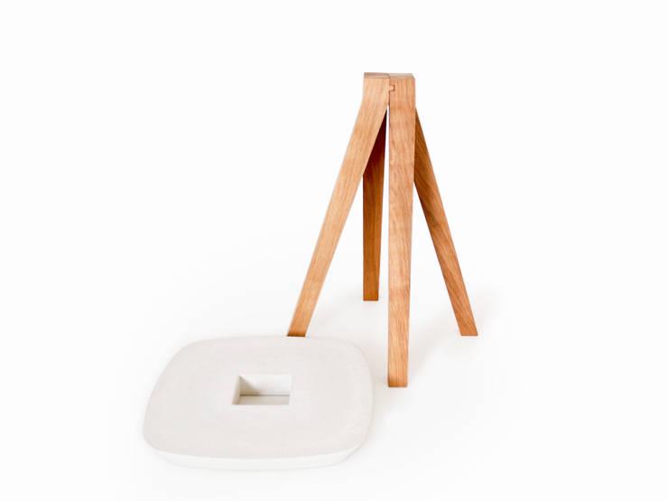 YDIN – Tabouret en bois de chêne huilé et béton blanc: Maison de style  par inoow design