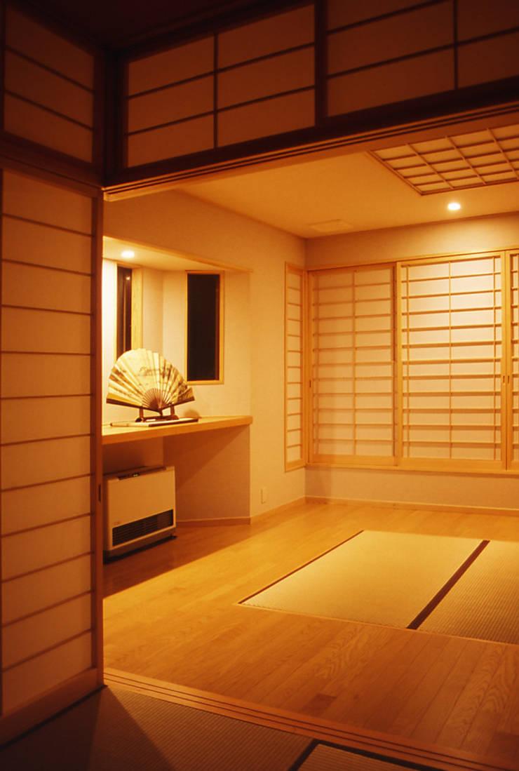 リビング (茶の間・客間 夜): 吉田設計+アトリエアジュールが手掛けたリビングです。