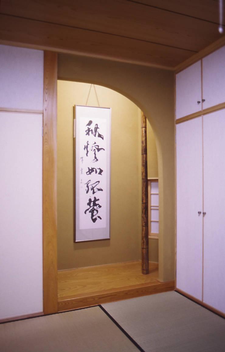 寝室(床の間): 吉田設計+アトリエアジュールが手掛けた寝室です。