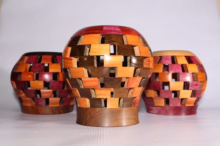 Portalapiz segmentado redondo variedad de maderas: Oficinas y tiendas de estilo  por TORNEARTE TALLER