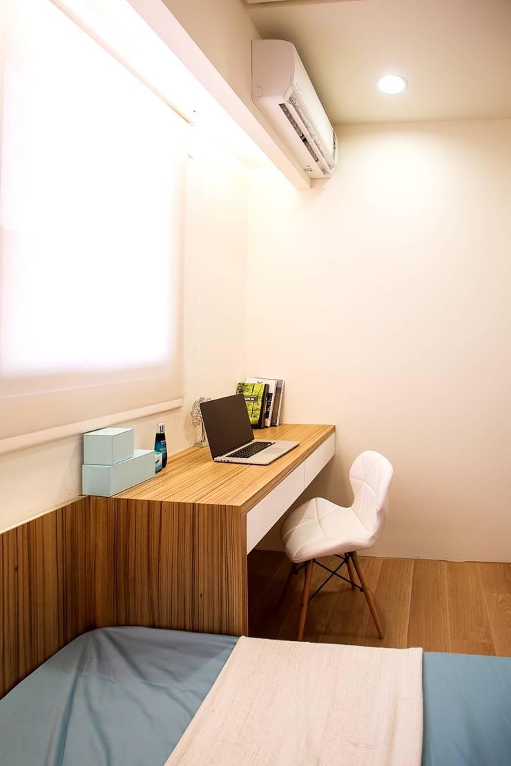 侑信仁和2C 實品屋:  臥室 by 栩 室內設計