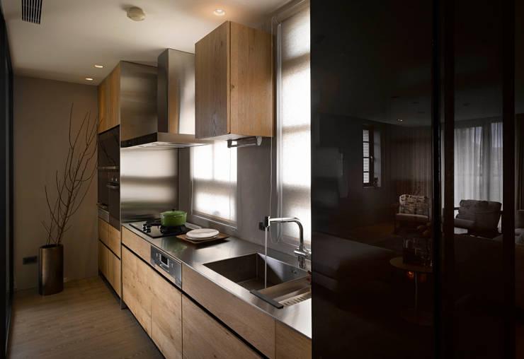 家的溫度 豁然:  廚房 by 晨室空間設計有限公司