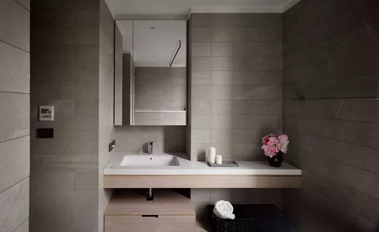 家的溫度 豁然:  浴室 by 晨室空間設計有限公司