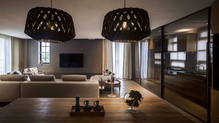 家的溫度 豁然:  客廳 by 晨室空間設計有限公司