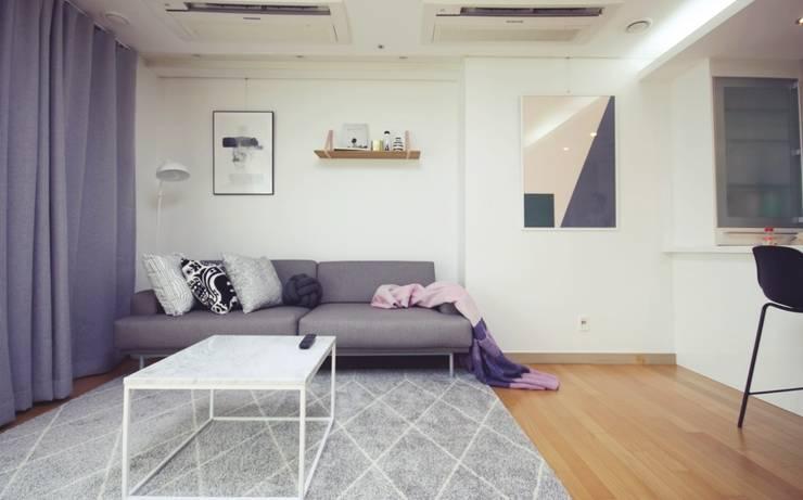 [홈라떼] 27평 북유럽 스타일의 로맨틱 신혼집 홈스타일링: homelatte의  거실
