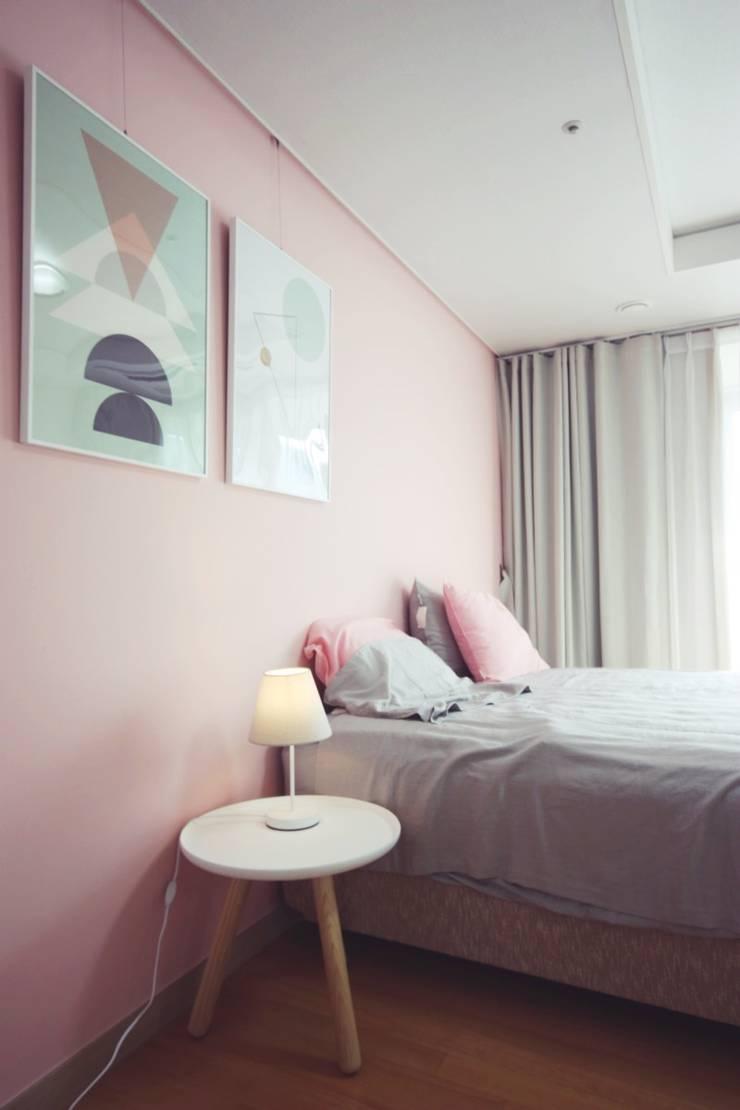 [홈라떼] 27평 북유럽 스타일의 로맨틱 신혼집 홈스타일링: homelatte의  침실