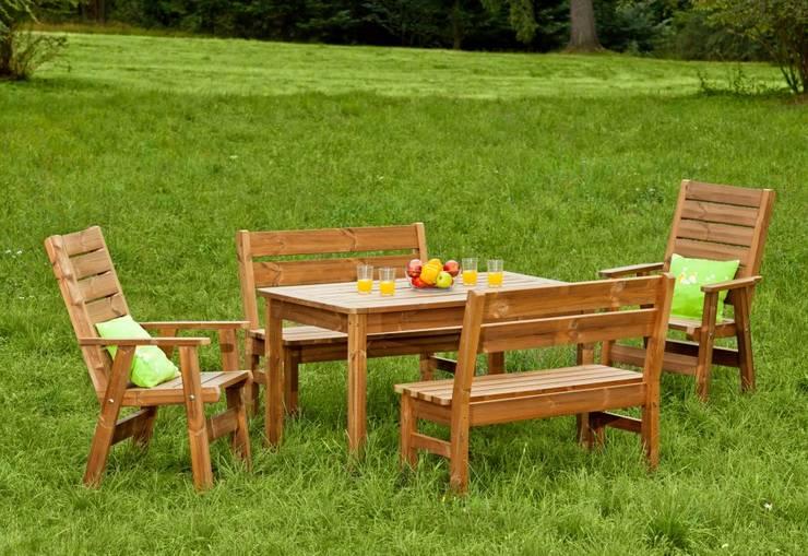 Set da giardino Tavolo + 2 Panche + 2 sedie: Giardino in stile  di ONLYWOOD