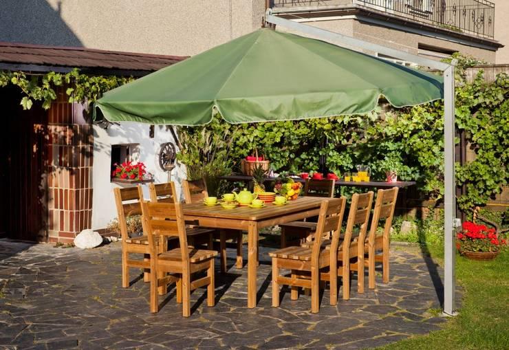 Set da giardino tavolo + 8 sedie: Giardino in stile  di ONLYWOOD