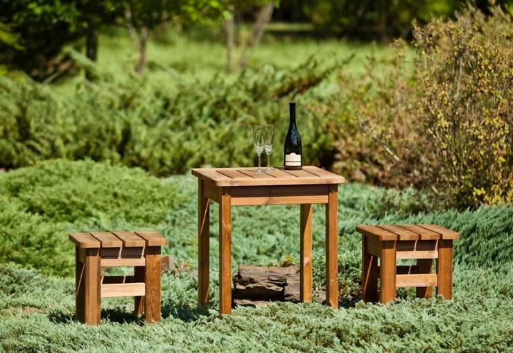 Set da giardino Tavolino + 2 sgabelli: Giardino in stile  di ONLYWOOD