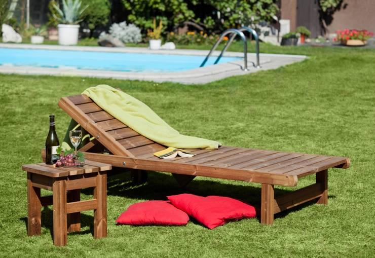 Lettino sdraio con tavolino: Giardino in stile  di ONLYWOOD