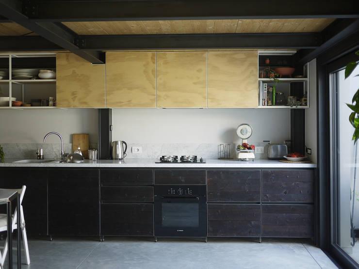 Cocinas de estilo industrial por Mezzo Atelier