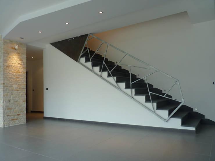 CASA AM Ingresso, Corridoio & Scale in stile moderno di DORIArchitetti Moderno