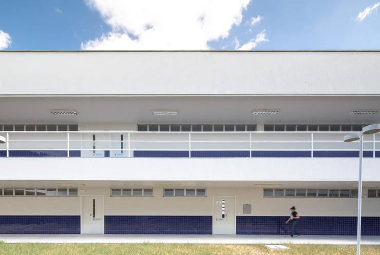 Campus Avançado – UFC Russas: Corredores e halls de entrada  por Rede Arquitetos,