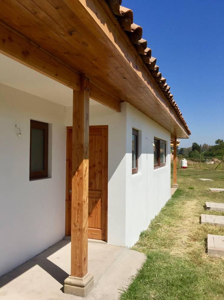 Casa Las Palmeras de Lonquén: Casas de estilo colonial por AtelierStudio