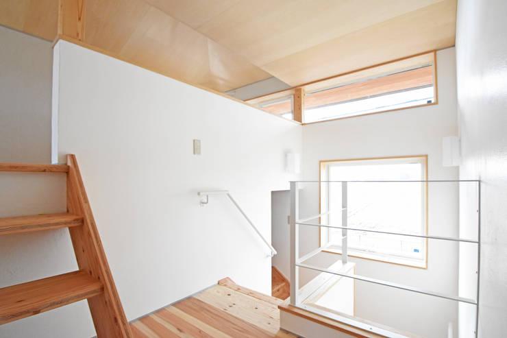 空間を立体的に活かした階段ホール: 合同会社negla設計室が手掛けた廊下 & 玄関です。,