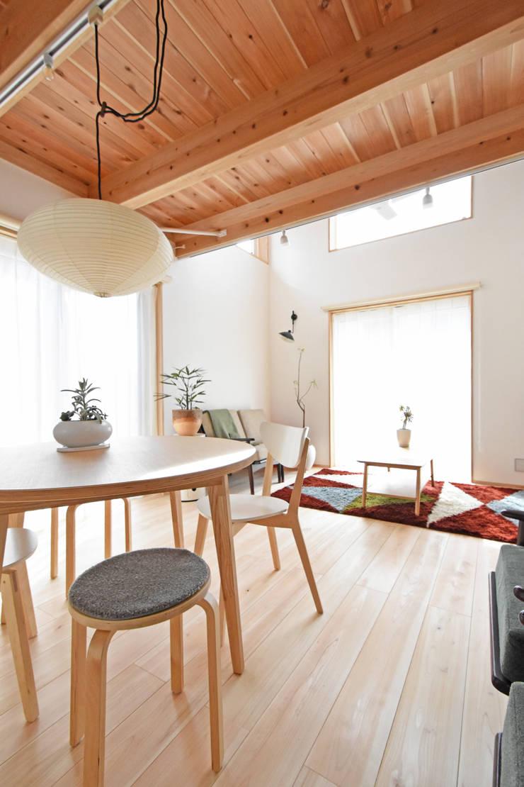 光の差し込む大窓と吹き抜け空間: 合同会社negla設計室が手掛けたリビングです。,