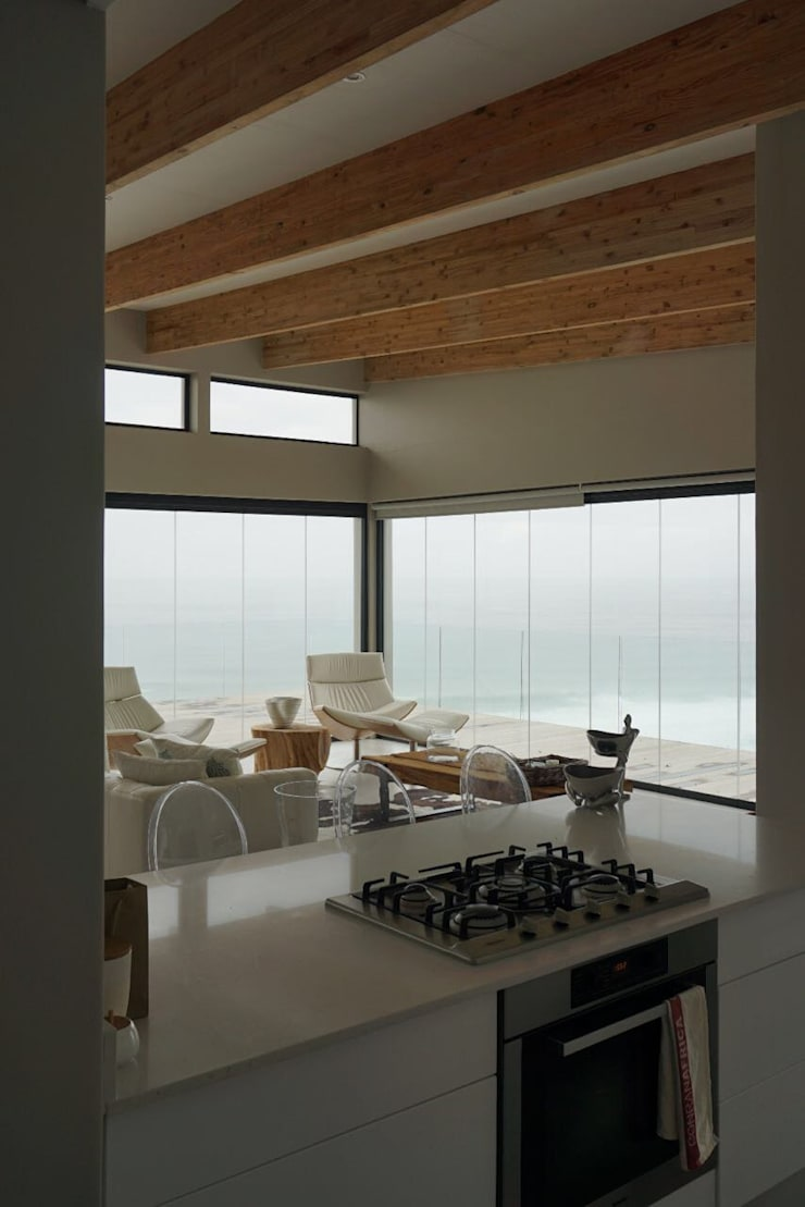 Brenton House view from kitchen:  Living room by Sergio Nunes Architects, Scandinavian Glass