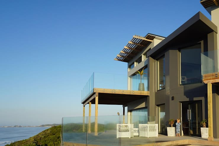 Brenton House main facade & deck:  Houses by Sergio Nunes Architects, Modern Solid Wood Multicolored