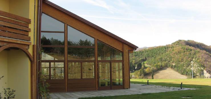 Infissi: Hotel in stile  di Morelli & Ruggeri Architetti