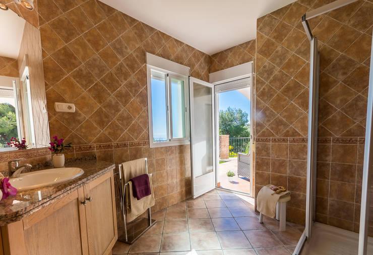 Baños de estilo mediterraneo por Home & Haus | Home Staging & Fotografía